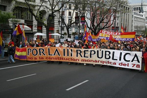 Miles de personas marchan en España contra la constitución monárquica y por una III República