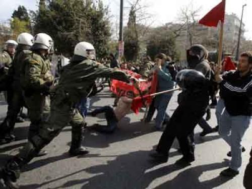 """Manifestantes griegos: """"Que se queme, que se queme el burdel del Parlamento"""""""