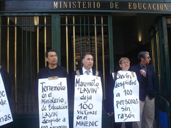 """Trabajadores despedidos del Mineduc: """"Piñera no es hombre de palabra"""""""