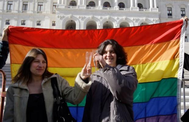Dos madres divorciadas en primera boda gay de Portugal