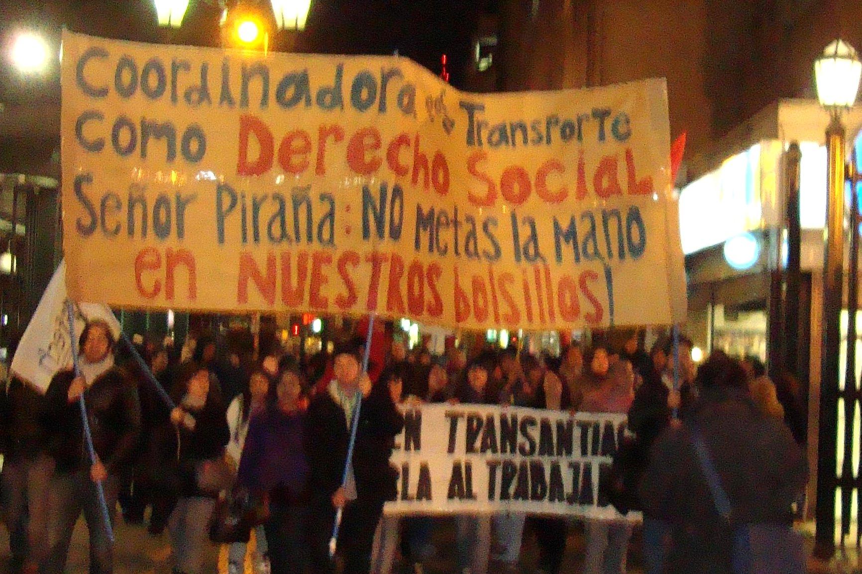 Medio millar de personas protestan contra las alzas del Transantiago