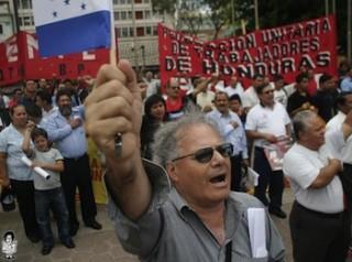 Miles de hondureños en el paro cívico convocado por el Frente de Resistencia