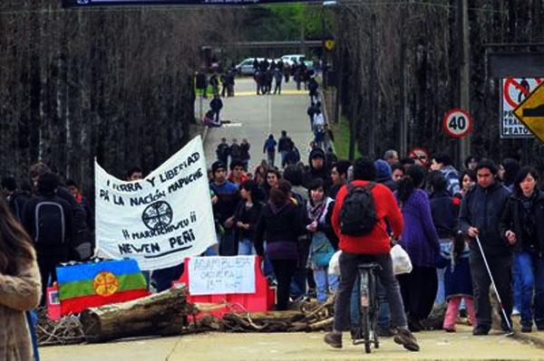 Toma solidaria en la UACH, por los PP Mapuche
