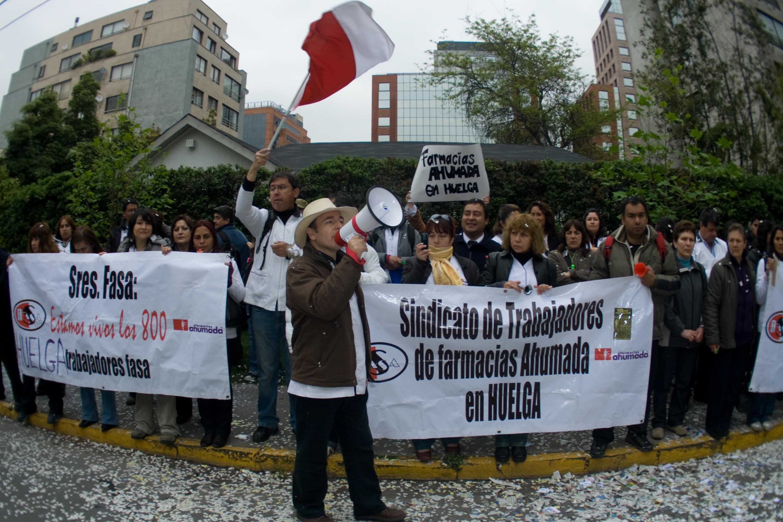 Trabajadores de Farmacias Ahumada se manifiestan frente a la Embajada de México