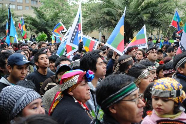 Miles de personas marchan en apoyo al pueblo mapuche