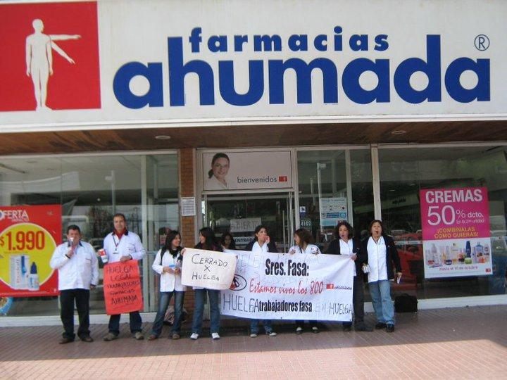 Trabajadores de Farmacias Ahumada en huelga legal exigen aumento de sueldo
