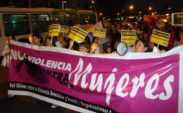 Mujeres y hombres marcharon por la no violencia, contra los prejuicios y por la igualdad