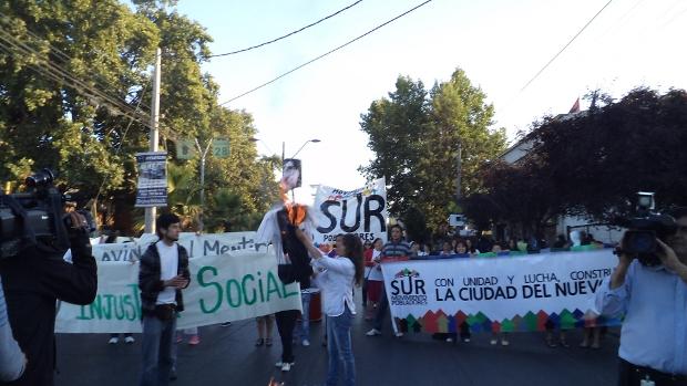 Pobladores movilizados denuncian el fracaso del Gobierno en materia de reconstrucción