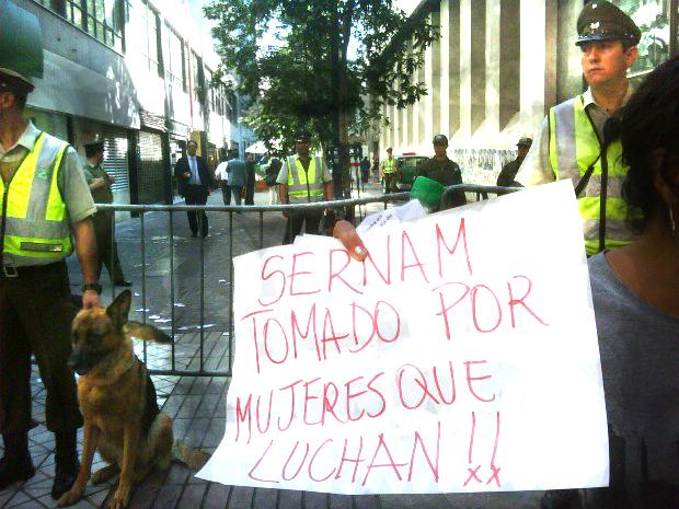 En el día de la mujer: Represión contra mujeres que se tomaron el Sernam