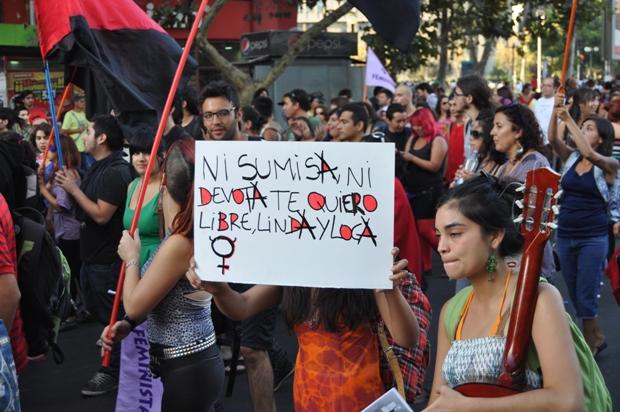 Marcha masiva del Día de la Mujer culminó con manifestantes heridas y detenidas