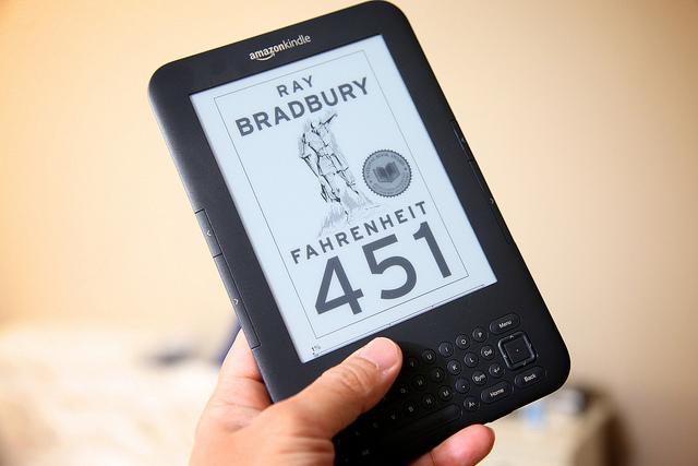 Ray Bradbury: «A la larga, aquellos que se queden sentados frente a Internet se convertirán en unos idiotas»