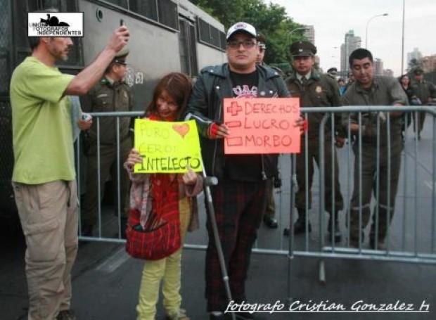 Declaración pública de discapacitados en protesta en las afueras de la Teletón
