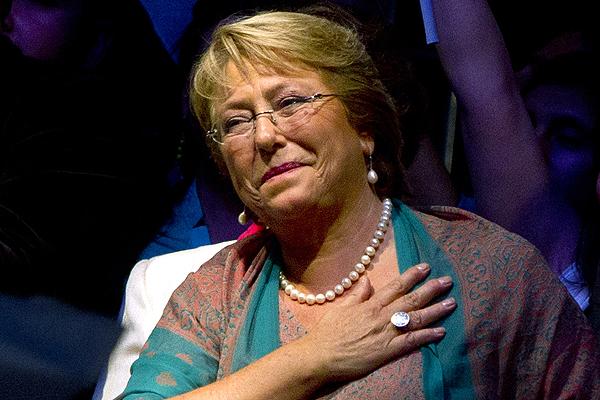 """La TRANSA de la Transición: Bachelet se refiere a nueva denuncia por caso SQM y reconoce """"Clima de desconfianza"""" mientras políticos debaten alianza derecha-izquierda para superar crisis"""