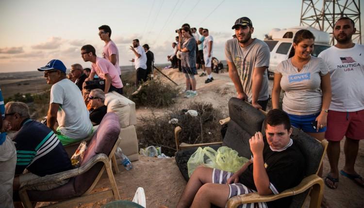 Israelíes contemplan los bombardeos a Gaza desde butacas en primera fila