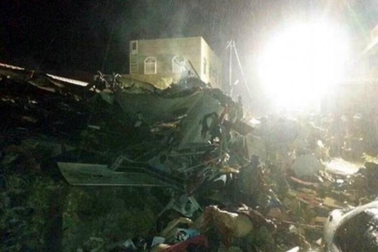 Al menos 51 personas murieron al estrellarse un avión en un edificio