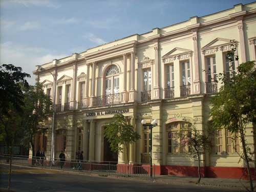 Alumnos del Liceo Amunátegui inician toma exigiendo mejoras internas