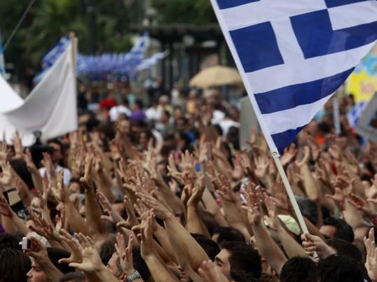 Los griegos salen a las calles de Atenas en protesta contra el nuevo acuerdo de rescate