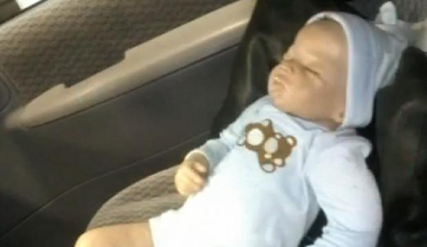 Policías rompen ventana de auto para rescatar a bebé de juguete