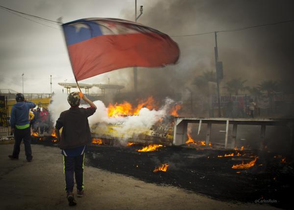 Pescadores artesanales de Coquimbo se manifiestan con barricadas afuera de la Caleta