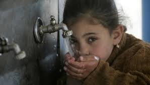Distribuyendo agua potable en Gaza (VIDEO)