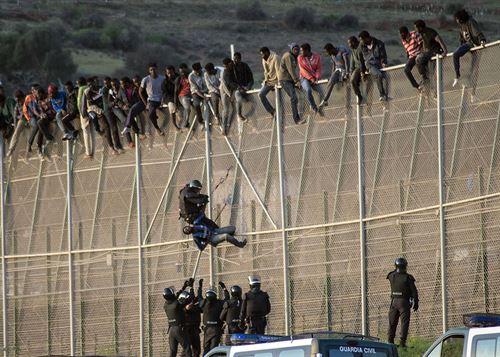Varios grupos de inmigrantes intentan acercarse sin éxito a la valla de Melilla