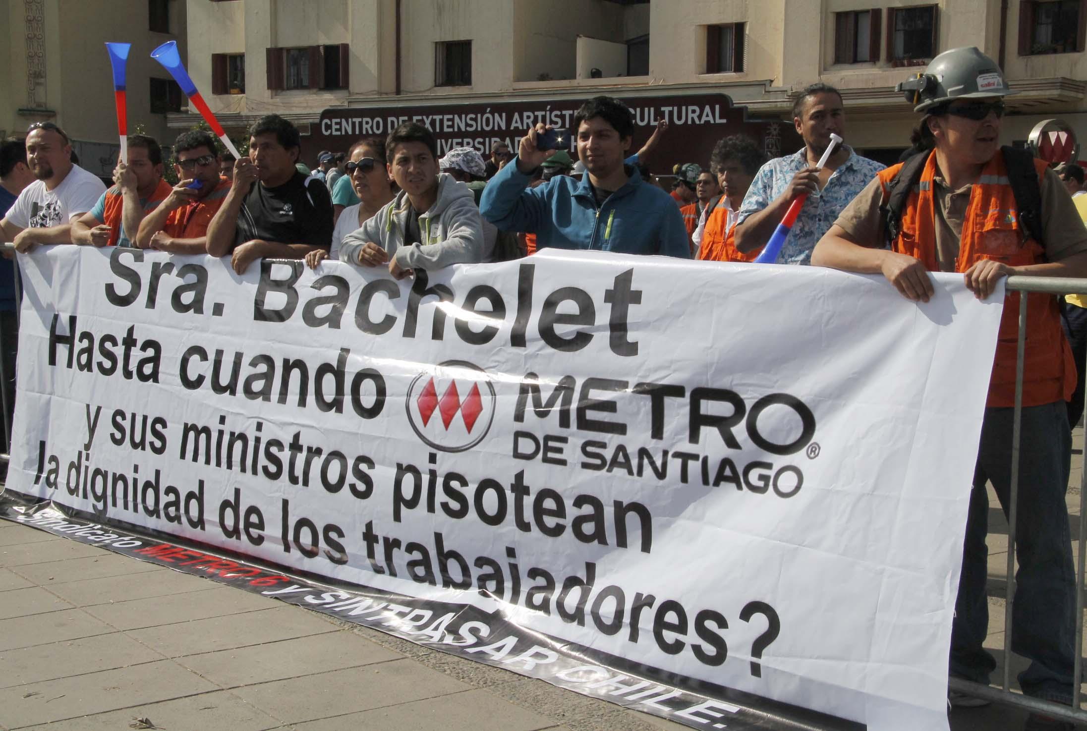 Marcha de trabajadores de la constructora metro 6 repudia el accionar de Metro S.A.