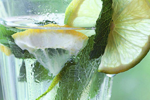 4 beneficios para la salud del agua con limón