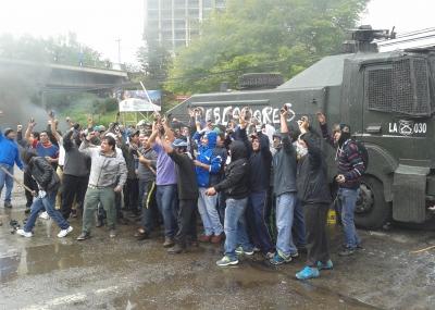 """Pescadores de Valdivia se toman """"guanaco"""" de Carabineros en protesta por Ley Longueira"""