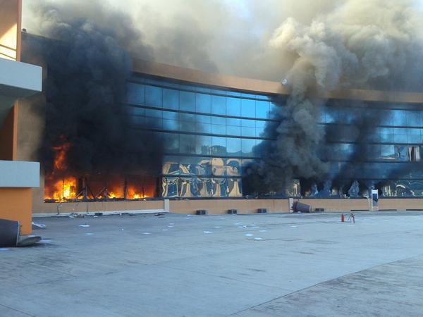 México: Manifestantes queman Palacio de Gobierno de Guerrero a casi 3 semanas de no saber nada de los 43 normalistas desaparecidos