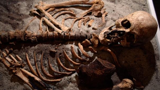 Hallan en Bulgaria la tumba de un 'vampiro' del siglo XIII con una estaca en el pecho