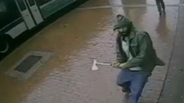 VIDEO: Un hombre la emprende a hachazos contra varios policías en Nueva York