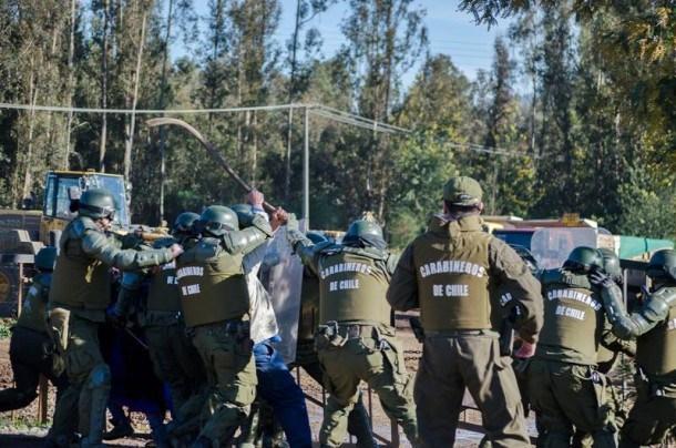 Denuncian golpiza de carabineros a menor mapuche en desalojo de fundo