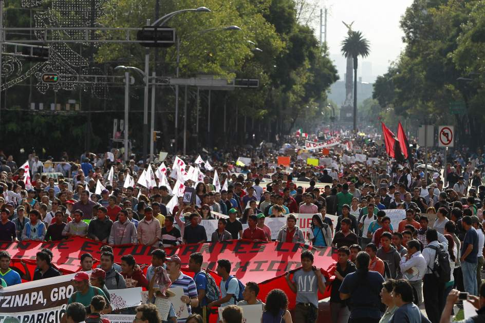 Maestros mexicanos atacan una sede del PRI y se enfrentan con la policía de Guerrero