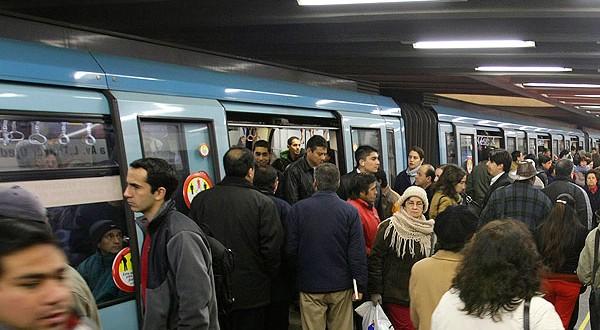 Senador Alejandro Navarro junto a CONADECUS presentaron querella contra Metro