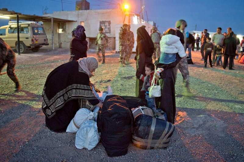 """Miles de personas atrapadas en la frontera: """"No pueden escapar de Siria"""""""
