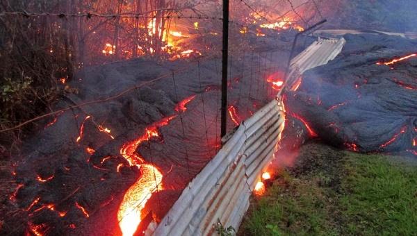 Lava de volcán Kilauea amenaza viviendas en Hawái