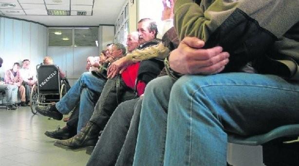 Contraloría informó que en listas de espera figuran personas fallecidas