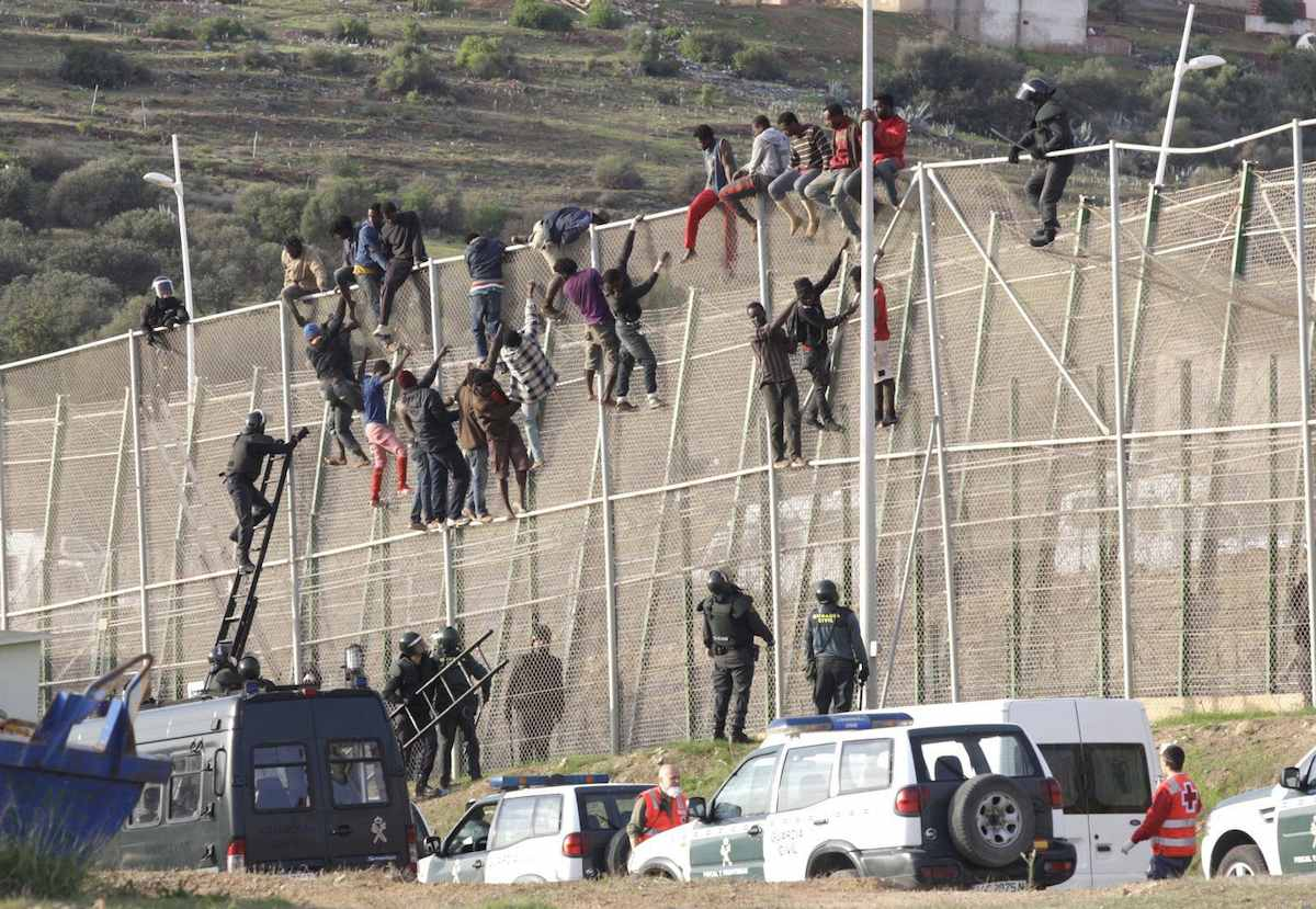 Ochocientas personas tratan de saltar la valla que separa España de Marruecos