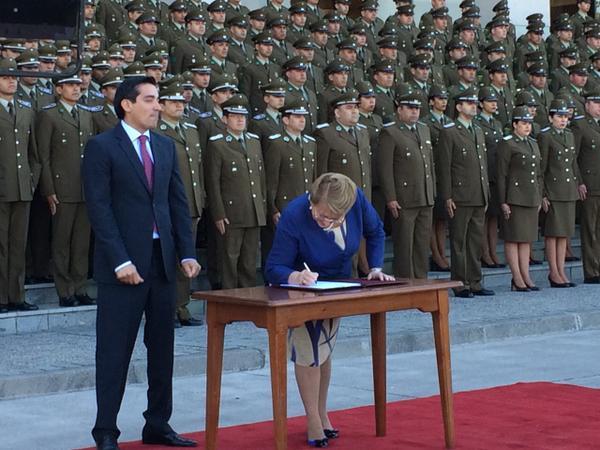 Bachelet promulgó ley que aumenta número de Carabineros en las calles