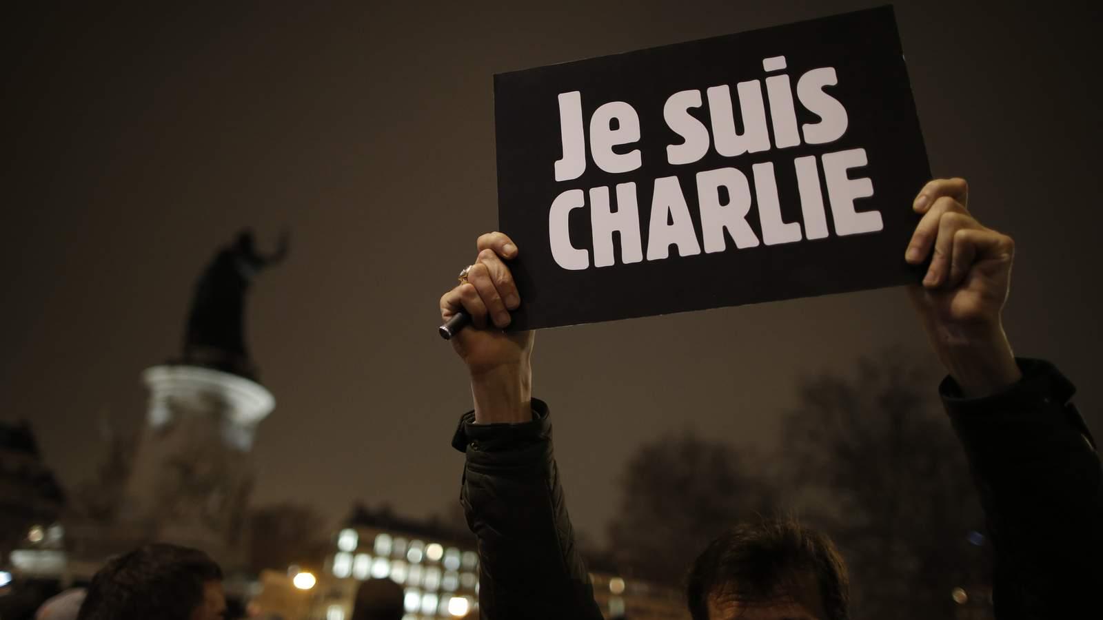 Charlie Hebdo: Miles de policías buscan los sospechosos que dejaron Francia en duelo nacional