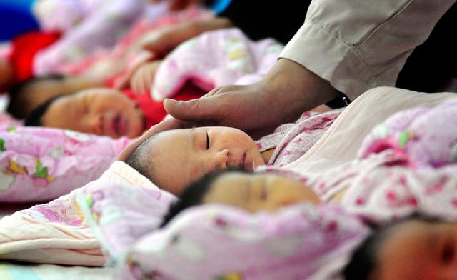 Policía china rescata a 37 bebés que iban a ser vendidos por traficantes