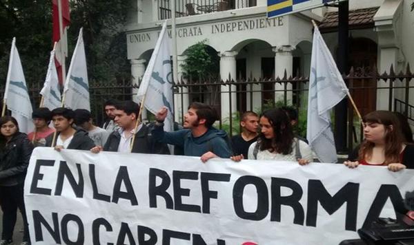 Estudiantes exigieron en frontis de la UDI  que senadores involucrados en Penta no participen de la reforma