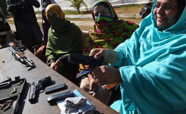Pakistán: país donde los profesores se arman con pistolas y rifles