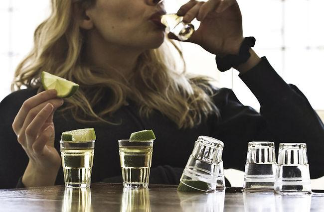 El consumo excesivo de alcohol está fuertemente asociado con trastornos de la alimentación