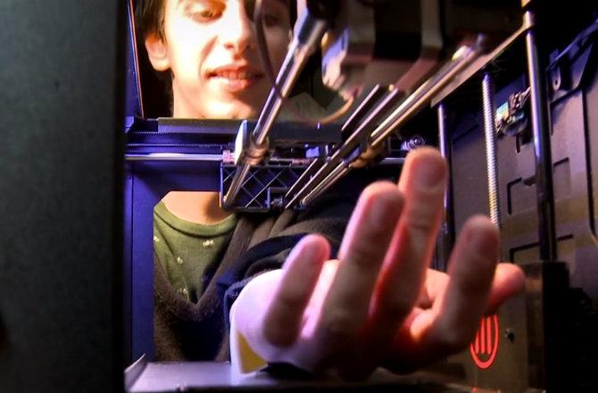 Mira lo que pasa si uno combina una impresora 3D con una máquina de tatuar [VIDEO]