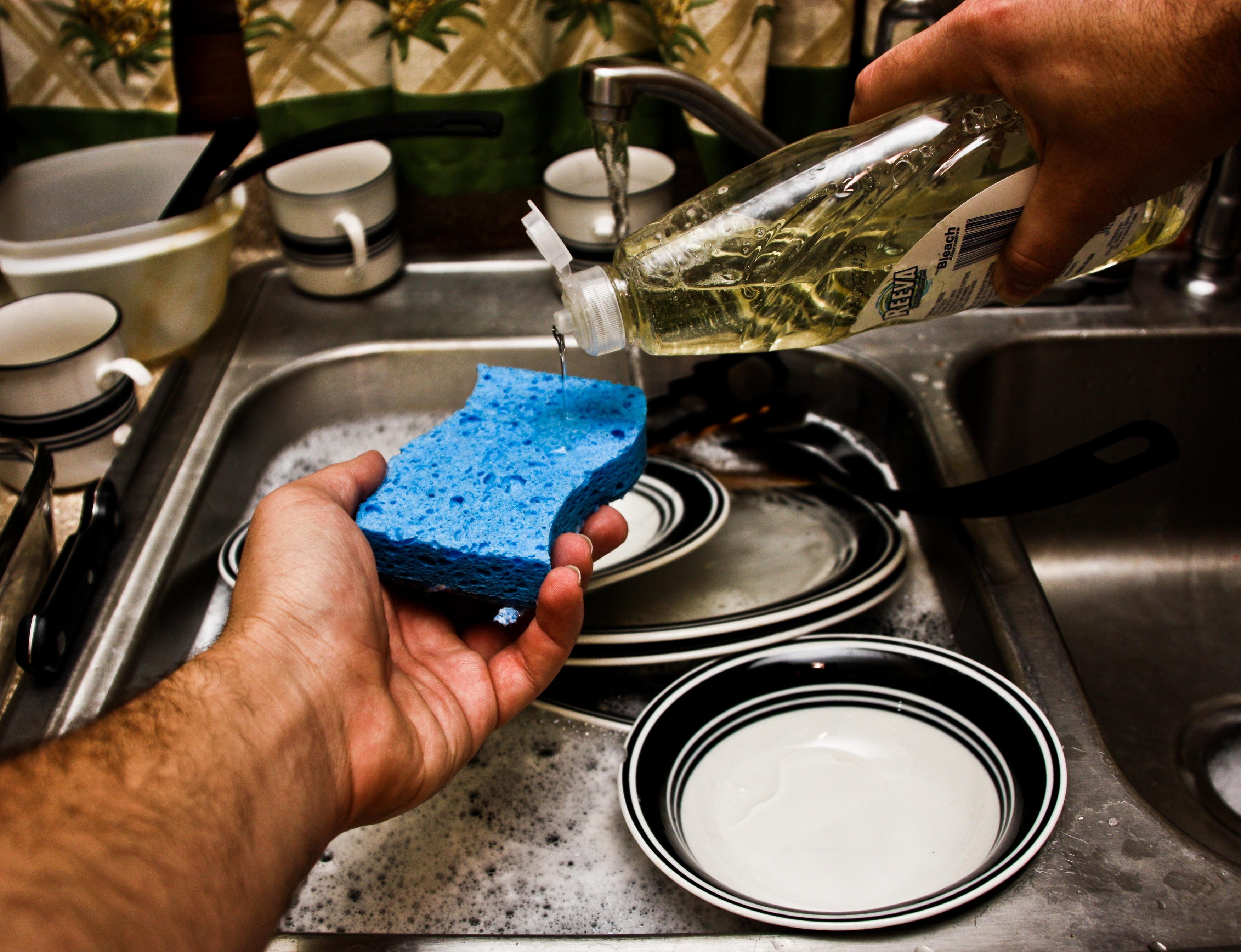 Niños de familias que lavan sus platos a mano son menos propensos a contraer alergias