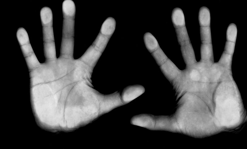 «En manos de…» y «A manos de…» no significan lo mismo