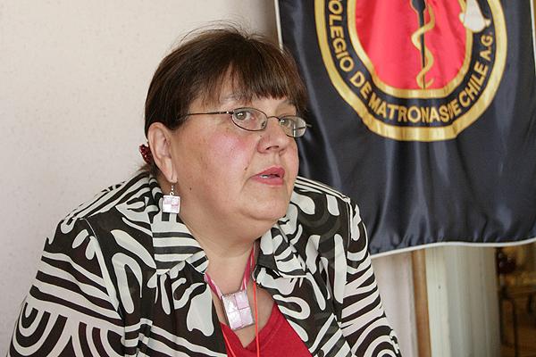 """Presidenta del Colegio de Matronas: """"Las instituciones de salud de la UC lo único que han hecho es lucrar"""""""