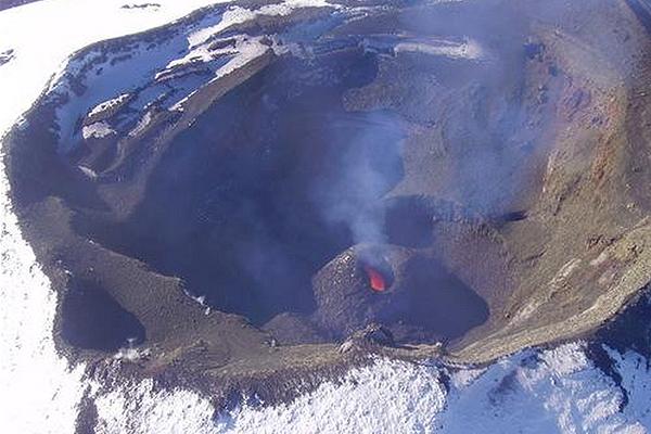 Volcán Villarrica disminuye su energía, pero se mantiene Alerta Naranja