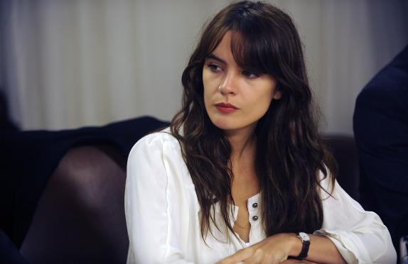 Biblia en mano Camila Vallejo se defiende de censura (VIDEO)